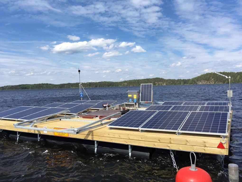 Aurinkopaneeleita ja hapetuslautta järvellä