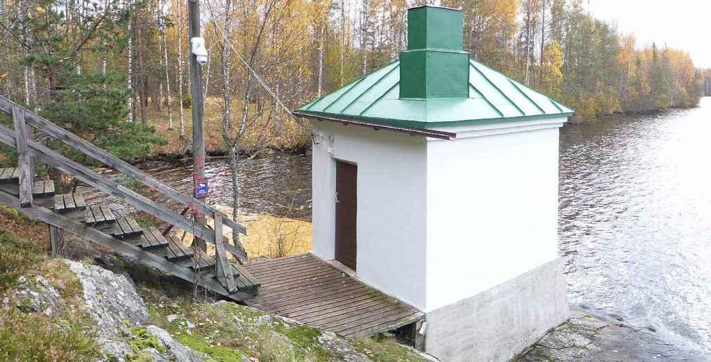 Valkoinen vedenkorkeuden mittausasema Lappeenrannan Lauritsalassa