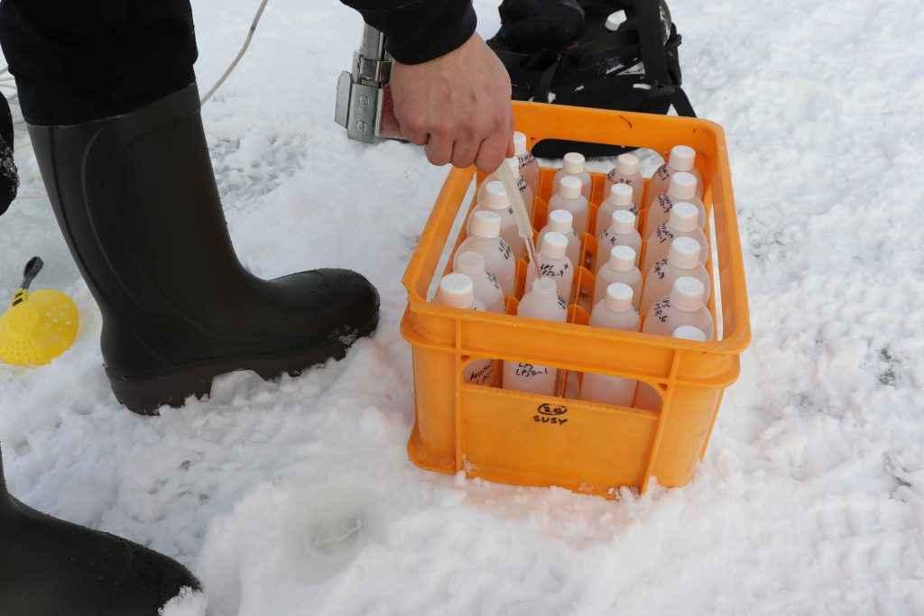 Näytteenottopulloja järven jäällä