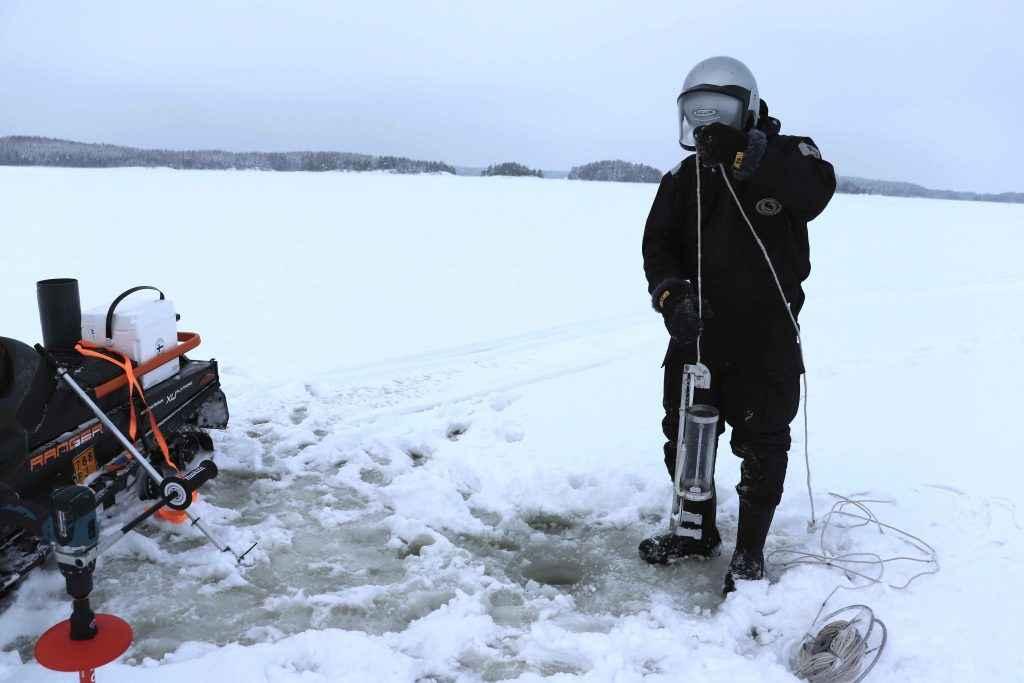 Näytteenottoa järven jäällä